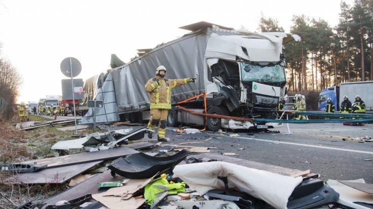 LKW-Fahrer übersieht Stauende: Schwerer Unfall auf der A2