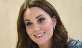 Kate Middleton zeigte sich beim Besuch einer Londoner Schule erstmals mit Babybauch. (Foto)