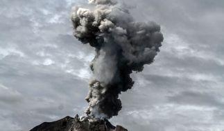 Der Vulkan Sinabung auf Sumatra spuckt am 10.01.2018 wieder Asche. (Foto)