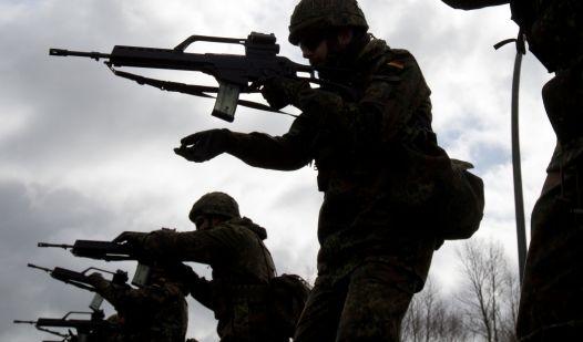 Bundeswehr lehrt Zivilisten Umgang mit der Waffe (Foto)