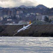 Flugzeug kracht bei Landung fast ins Meer (Foto)