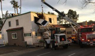 Kurioser Verkehrsunfall in Kalifornien: Das Auto hatte mit hoher Geschwindigkeit einen Mittelstreifen gerammt und war dann abgehoben und in das Haus geflogen. (Foto)