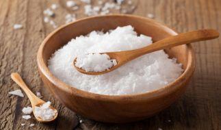 Fleur de Sel entsteht als hauchdünne Salzschicht an der Wasseroberfläche und wird mit einer Holzschaufel abgeschöpft. (Foto)