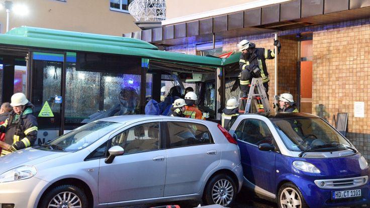 Schulbus kracht in Wand: 20 Verletzte