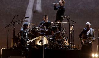 """Die Band U2 mit Sänger Paul David Hewson """"Bono"""" (vorne) und Schlagzeuger Lawrence Joseph """"Larry"""" Mullen Jr. bei einem Konzert im El Campin-Stadion in Bogota (Kolumbien) im Rahmen der """"eXPERIENCE & iNNOCENCE""""-Tour. (Foto)"""