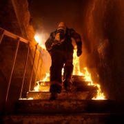 Feuerwehrmann fängt Baby bei Wohnungsbrand (Foto)