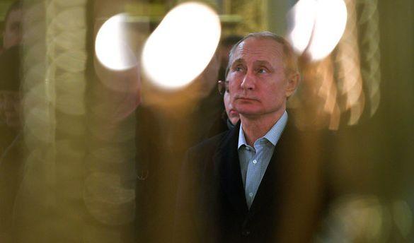 Der russische Präsident Wladimir Putin nahm am 19.01.2018 am Seligersee in Svetlitsa (Russland) im Nilow-Kloster am Gottesdienst zum Epiphanias-Fest teil. (Foto)