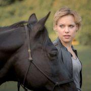 Alexandra Winkler (Julia Franz Richter) ist plötzlich Alleinerbin eines Trakehner-Gestüts.
