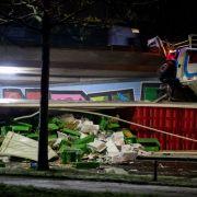 40-Tonner stürzt von Autobahnbrücke (Foto)