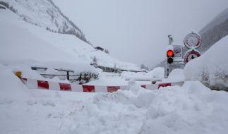 Zermatt in der Schweiz verzeichnet aktuell enorme Schneemengen - wegen Lawinengefahr wurden Zufahrtsstraßen gesperrt, rund 9.000 Feriengäste sitzen in dem Ort fest. (Foto)