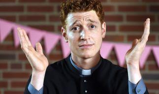 """Daniel Donskoy verkörpert in der neuen RTL-Serie """"Sankt Maik"""" den Kleinkriminellen Maik Schäfer, der sich auf der Flucht vor der Polizei als falscher Pfarrer ausgibt. (Foto)"""