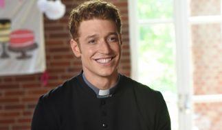"""Als """"Sankt Maik"""" schlüpft Daniel Donskoy ins Priestergewand - auch als Model hat der 27-Jährige bereits groß Karriere gemacht. (Foto)"""