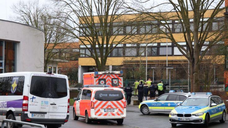 Großer Polizei-Einsatz an Gesamtschule in NRW Junge ersticht Mitschüler - Festnahme!