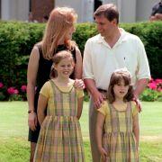 Die Ähnlichkeit ist frappant: Auf diesem Familienfoto von vor 20 Jahren sieht Prinz Andrew dem Verlobten seiner Tochter Prinzessin Eugenie zum Verwechseln ähnlich.