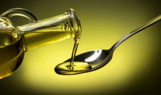 Stiftung Warentest hat sich verschiedene Sorten Olivenöl vorgeknöpft (Symbolbild). (Foto)