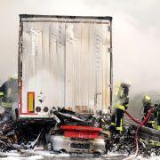 Auto kracht unter Lkw - Mindestens ein Toter bei Unfall auf A38 (Foto)