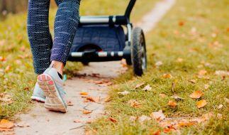 Ein Spaziergang mit ihrem kleinen Sohn wurde für eine 29-Jährige in Frankfurt zum Alptraum, als sie von drei Unbekannten sexuell belästigt wurde (Symbolfoto). (Foto)