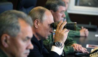 """Der russische Präsident Wladimir Putin beobachtet im September 2017 in der Nähe von St. Petersburg (Russland) das umstrittene Großmanöver """"Sapad"""". (Foto)"""