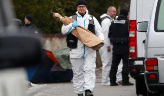 Ein Mitarbeiter der Spurensicherung trägt einen Gegenstand aus dem Anwesen des seit Mitte Dezember 2017 vermissten Ehepaars. (Foto)