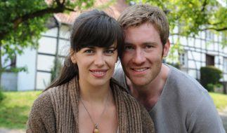 """Gemeinsam mit Max Engelke (r.) stand Julia-Maria Köhler 2011 für die WDR-Komödie """"Holger sacht nix"""" vor der Kamera. (Foto)"""
