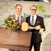 Die offizielle Schlüsselübergabe: Jan Janssen übergibt an seinen Landsmann Michiel Illy. Ab sofort wird der die Geschäfte in der tropischen Erlebniswelt führen. (Foto)