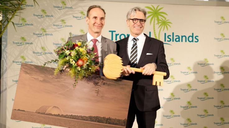 Die offizielle Schlüsselübergabe: Jan Janssen übergibt an seinen Landsmann Michiel Illy. Ab sofort wird der die Geschäfte in der tropischen Erlebniswelt führen.