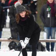 Kate Middleton schwingt den Hockeyschläger.