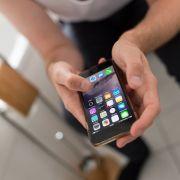 Darum sollten Sie das Handy NIE auf dem Klo benutzen (Foto)
