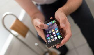 Das Smartphone während des Toilettengangs zu benutzen, ist keine gute Idee. (Foto)