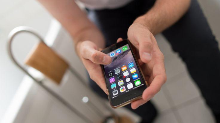 Das Smartphone während des Toilettengangs zu benutzen, ist keine gute Idee.