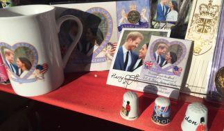 In britischen Souvenirläden gibt es bereits Andenken für die Hochzeit von Prinz Harry und Meghan Markle. (Foto)