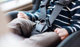 Der im Auto gefangene Säugling konnte von der Feuerwehr befreit werden. (Foto)