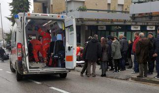 Sanitäter versorgen einen Verletzten in Italien, nachdem er angeschossen worden ist. (Foto)