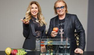 """Carmen und Robert Geiss wagen sich in der neuen Show """"Spiel die Geissens untern Tisch"""" aufs Gameshow-Parkett. (Foto)"""