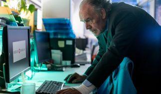 Thomas Borchert (Christian Kolund) bei Nachforschungen in einem Pharmaunternehmen. (Foto)