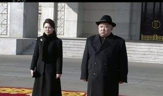 Das Standbild aus einem Video herausgegeben von KRT zeigt die Ankunft von Kim Jong Un (r), Machthaber von Nordkorea und seiner Frau Ri Sol Ju (l) bei der Militärparade. (Foto)