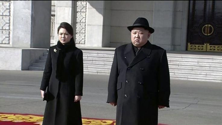 Das Standbild aus einem Video herausgegeben von KRT zeigt die Ankunft von Kim Jong Un (r), Machthaber von Nordkorea und seiner Frau Ri Sol Ju (l) bei der Militärparade.