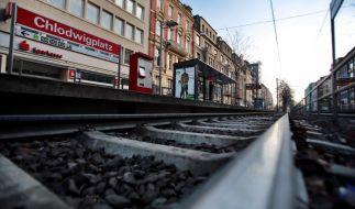 Am Kölner Chlodwigplatz wurde ein Karnevalist vor die Straßenbahn gestoßen und starb. (Foto)