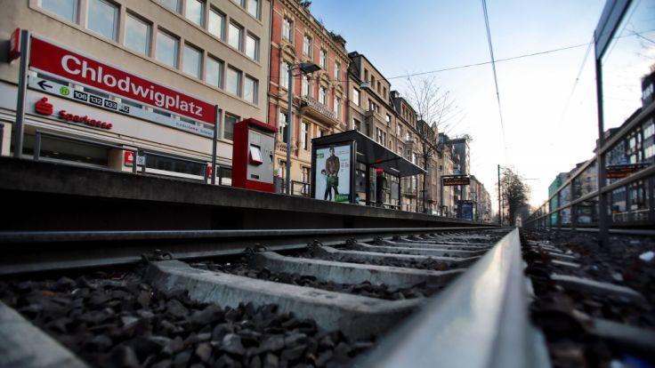 Am Kölner Chlodwigplatz wurde ein Karnevalist vor die Straßenbahn gestoßen und starb.