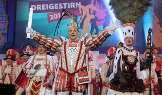 Das Kölner Dreigestirn der Session 2018 mit Jungfrau Emma, Prinz Michael der II. (Michael Gerhold) und Bauer Christoph (Christoph Stork). (Foto)