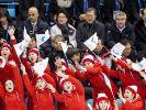 Nordkoreanische Cheerleader sorgen mit mit Vereinigungsfähnchen für Stimmung bei Olympia. (Foto)