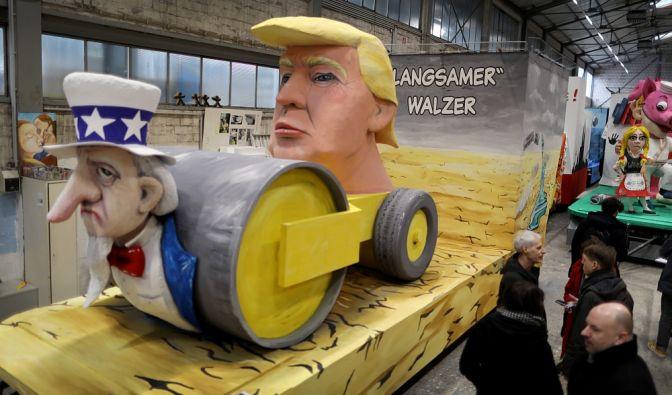 Köln: Ein Motivwagen mit Trump als Thema steht in der Wagenbauhalle des Kölner Karnevalsvereins. Das Thema Trump ist im Karneval weiterhin beliebt.