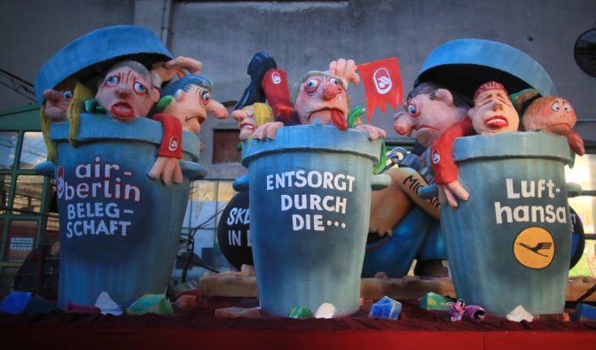 Düsseldorf: Ein politischer Mottowagen illustriert die