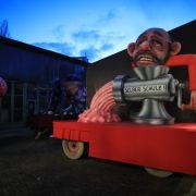 Düsseldorf: Ein politischer Mottowagen mit der Figur von