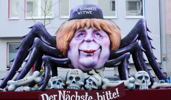 Düsseldorf: Ein politischer Mottowagen mit der Figur der