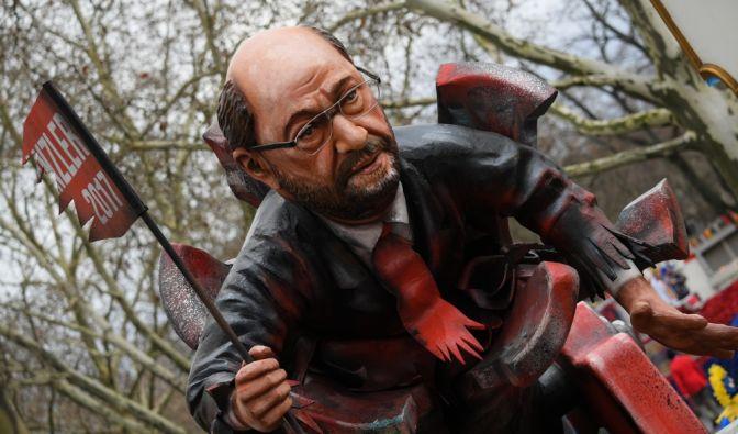 """Mainz: Ein Motivwagen mit einer Karikatur des SPD-Kanzlerkandidaten Martin Schulz als """"Rohr-Krepierer"""" fährt beim Umzug mit. (Foto)"""