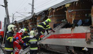 Dieses vom Bereichs Feuerwehr Verband Loeben zur Verfügung gestellte Foto zeigt Feuerwehrleute nach einer Zugkollision im Einsatz. (Foto)