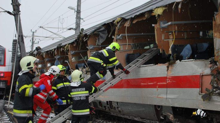 Dieses vom Bereichs Feuerwehr Verband Loeben zur Verfügung gestellte Foto zeigt Feuerwehrleute nach einer Zugkollision im Einsatz.