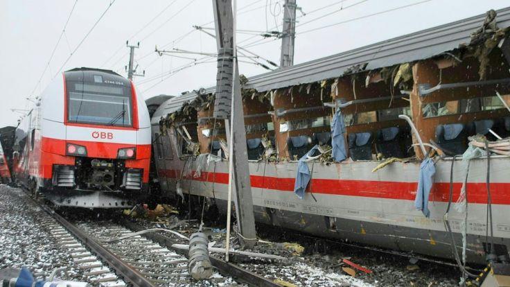 Der Zug hat beträchtliche Schäden durch den Unfall davongetragen.