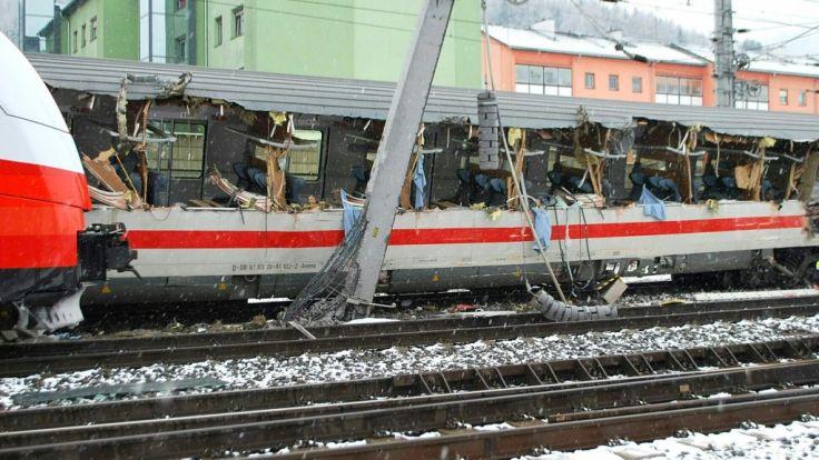 Der Zug wurde bei der Kollision aufgerissen.